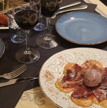 Carpaccio de tomate valenciano y cecina con helado de vino tinto