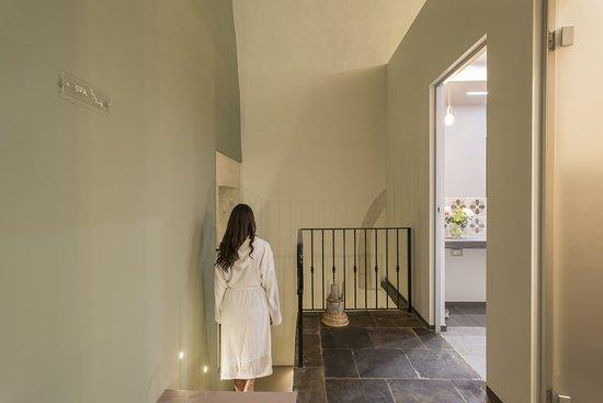 Lampadari Per Soffitti A Volta : Reception con pavimento in pietra pece lampadario in ottone e