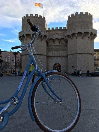 BlueBikes: Torres de Serranos incluidas en nuestro tour bike guiado, no puedes dejar de visitarlas