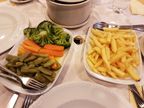 Camacha, Portugal: Chips and stewed vegetables.