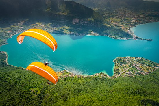 Doussard, França: Tandem paragliding in Annecy with Flyeo Parapente. Fly paraglider with expert instructors.
