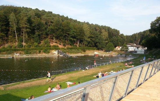 Otterberg, Deutschland: Das Naturbad wird mit reinem Quellwasser gespeist. sodass auf den Einsatz von Chemikalien verzic