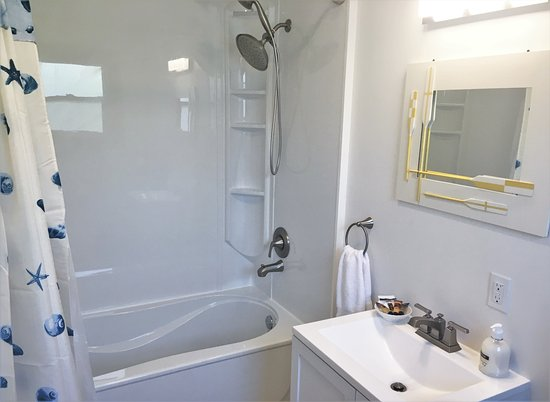 Boutiliers Point, Kanada: Cloudberry's Cottage - bathroom