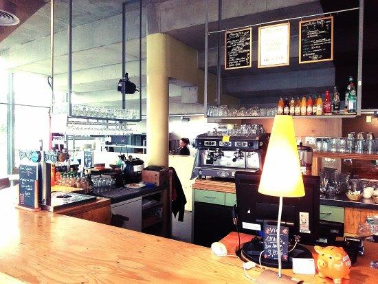 Redon, France : Le bar chaleureux du Ciné Café