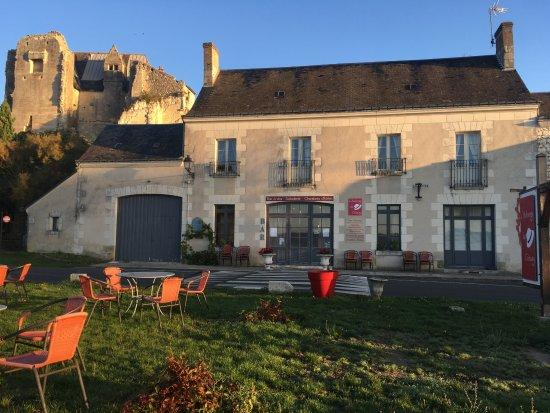 Crissay-sur-Manse, France : Le soleil se lève sur l'auberge