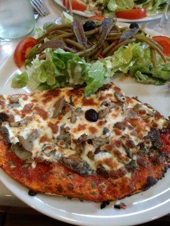 Soual, ฝรั่งเศส: Pizza landaise + salade niçoise (formule à 9€50)-assiette bien garnie, pate fine pour la pizza