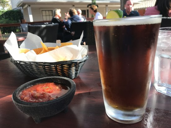 La Casa Restaurant: Draft beer with lime and chips