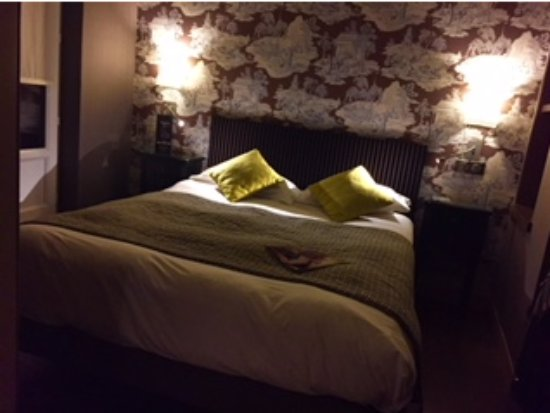 Hôtel Louison : great comfy bed, excellent lighting, this room is perfect to return to after a long day