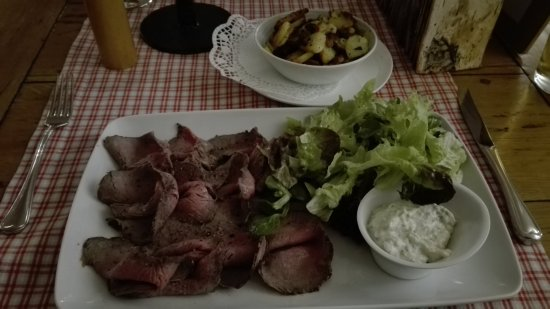 Fahrenzhausen, Almanya: Pink Roast Beef with Salad and dip with side of sliced fried potaotes