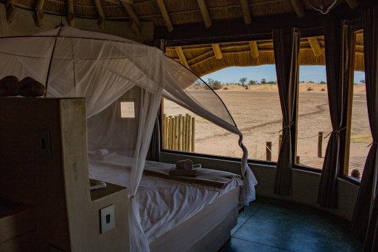 Otjimbondona Kalahari: Schlafzimmer Mit Sicht Auf Wasserloch Und Pool
