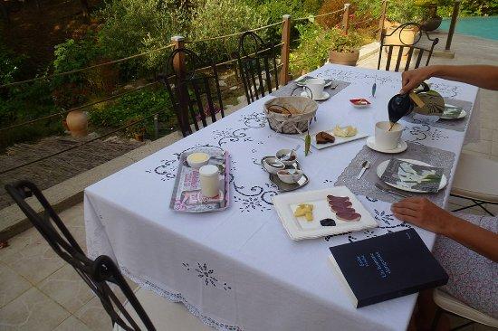 Molieres-Cavaillac, France: terrasse ou seront servis les petits déjeuners