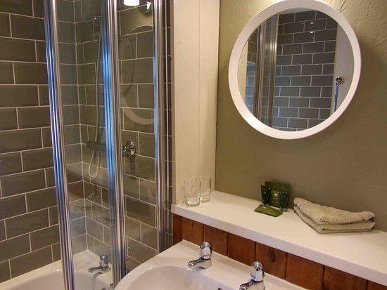 Lledrod, UK: Farmhouse Two - En-suite with shower over bath