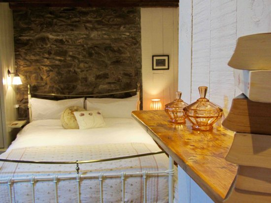 Lledrod, UK: Farmhouse Two - Large room with king size bed