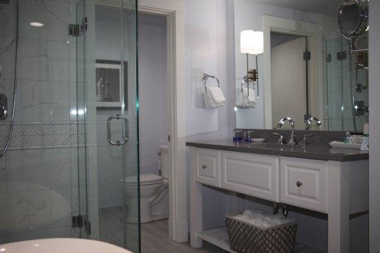 Boston Yacht Haven Inn & Marina: Recently renovated bathrooms, walk-in shower, Rainforest shower head, makeup table, Beekman skin