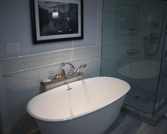 Boston Yacht Haven Inn & Marina: Rooms 203 & 206 - luxurious soaking tub, walk-in shower, Rain shower head, Beekman skin products