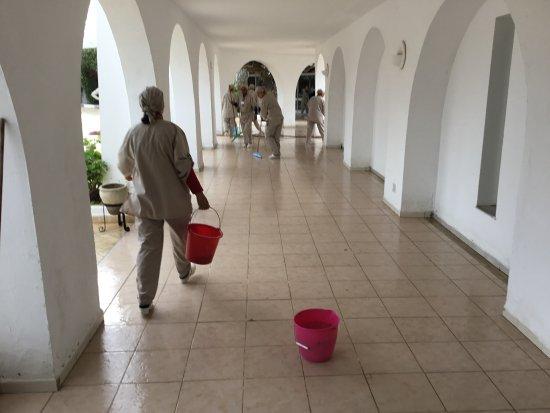 Seabel Rym Beach: tous les matins une dizaine pour le nettoyage