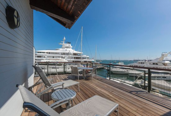 Boston Yacht Haven Inn & Marina: Rooms 203 & 206 - large decks over looking beautiful marina and Boston Harbor.