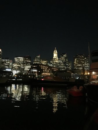 Boston Yacht Haven Inn & Marina: Night time city view from guest rooms.