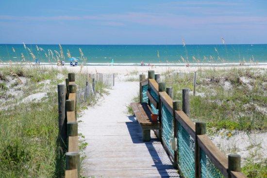 La Fiesta Ocean Inn & Suites: Private walkway to the beach