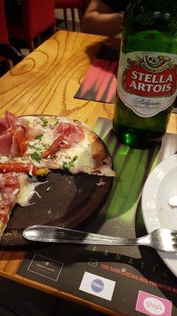 It Italian Trattoria & cafe: Pizza de jamón crudo y morrones tamaño personal (4 porciones grandes)