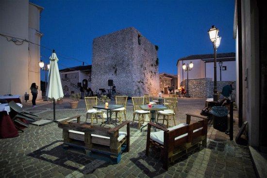 Castel di Sasso, Itálie: La piazzetta antistante il ristorante