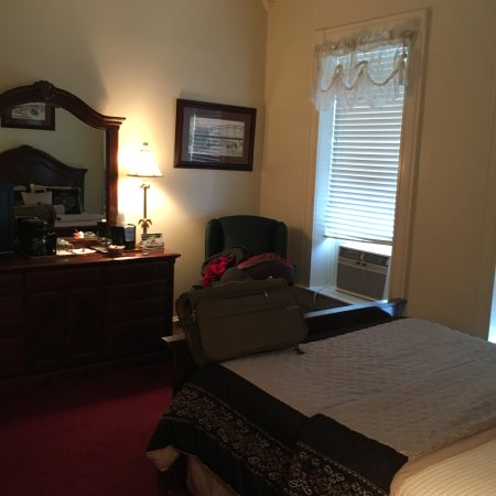 The New Orleans Hotel: Quaint room