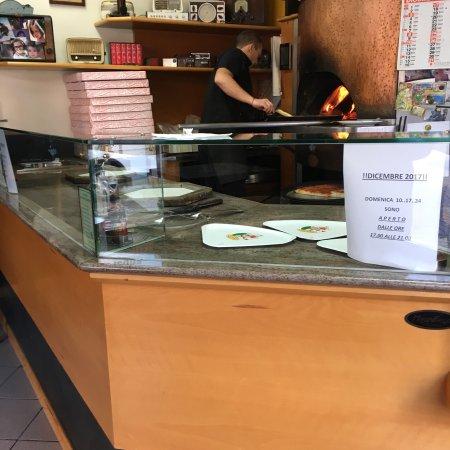 Pizzeria  La Fontana: Average pizza, not the thin crust