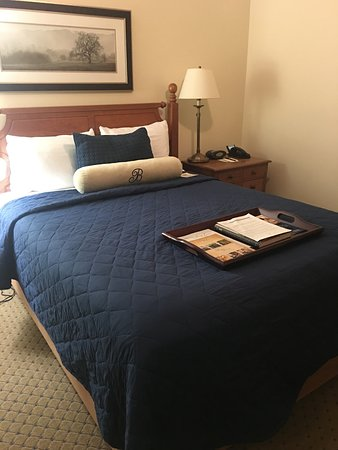 Boone Tavern Hotel: Queen bed room