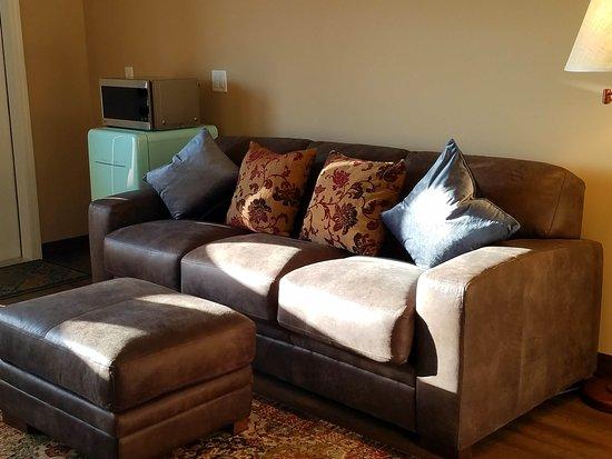 Zillah Lakes Inn: Leather Sofa And Ottoman. A Mini Fridge And Microwave Oven