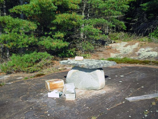 Massey, Canadá: Our picnic site had this original rock table!