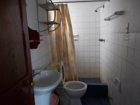 Hostal La Reyna: Baño de la habitación #17