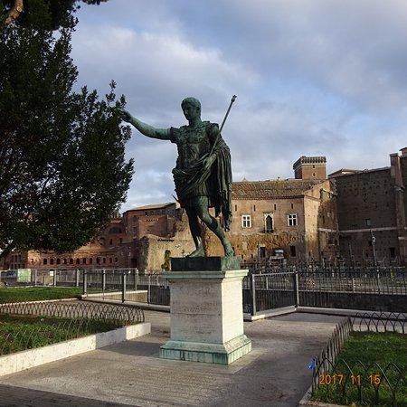 フォーリ・インペリアリ通りにあるジュリアス・シーザーの銅像