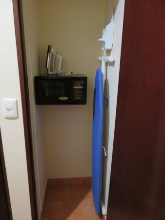 DoubleTree by Hilton Hotel Cariari San Jose: Safe, ironing board (full size) and a decent iron.