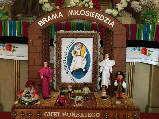 Maurzyce, بولندا: 教会の中にこんなものが、神父の格好をしたバービー人形