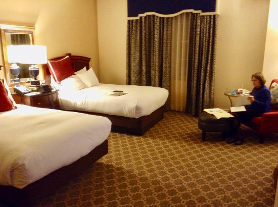 The Hotel Roanoke & Conference Center, Curio Collection by Hilton: Showing beds with window curtain closed after dark