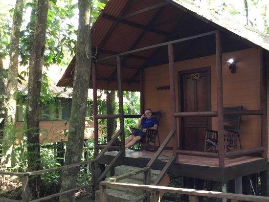 Rana Roja Lodge: Bungalow med gungstolar på verandan