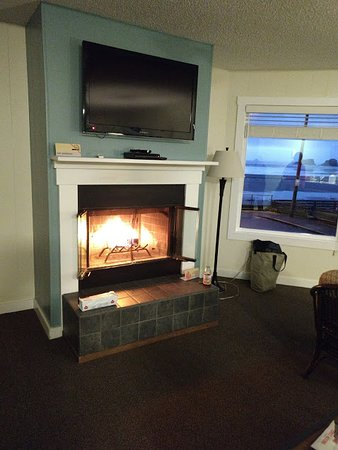 Land's End at Cannon Beach: Living room with burning log and sea view out the window
