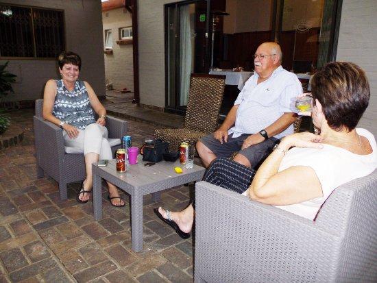 Jan Kempdorp, جنوب أفريقيا: Settled down for drinks in the courtyard