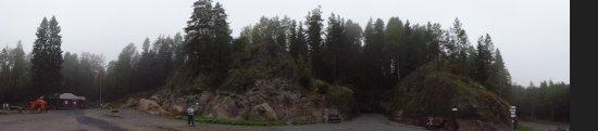 Lakhdenpokhya, Rusia: вид на гору и выход из музея.на верху смотровые площадки