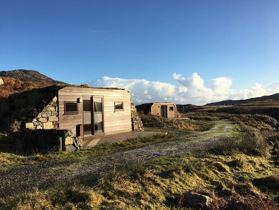 Lochboisdale, UK: The pods with Ben Kenneth in background.