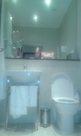 Grand Central Hotel: Large bathroom wall mirror +make up mirror