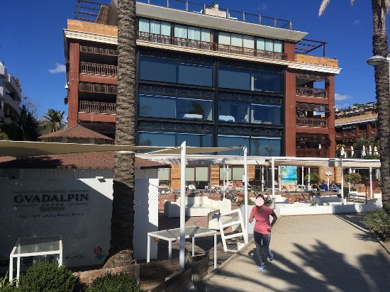 The boardwalk separates the hotel from the beach bild - Boardwalk marbella ...