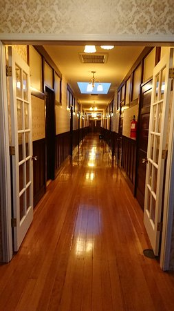 Reedley, CA: Amazing corridor to the rooms. Lovely wood floors