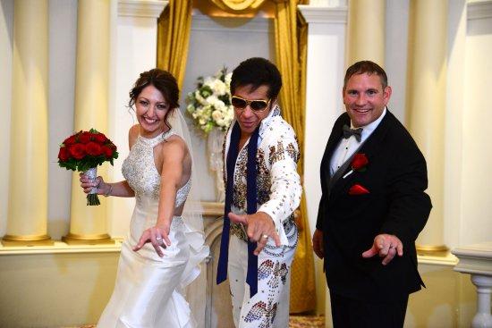 Paris Las Vegas Wedding Chapel: Elvis is in the building!