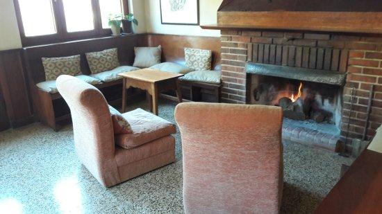 Hotel Las Cascadas: Parte del comedor con hogar encendido