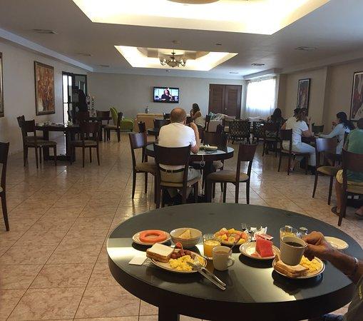 Hotel Coral Suites: Desayuno en un amplio Salon Comedor