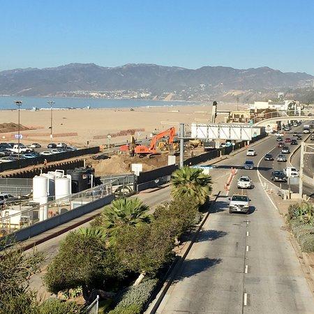 Hotel Shangri-La Santa Monica: Soleil couchant vu de la chambre , la piscine et une photo de la route pour comprendre que l hôt