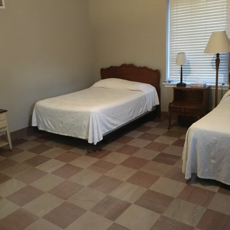 Wakulla Springs, FL: Our guest room was sparsely furnished with mismatched pieces. The walls were half-painted. The e