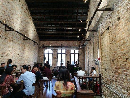 Jao Tim: Cozy cafe. Live performance (check first) on Sundays.