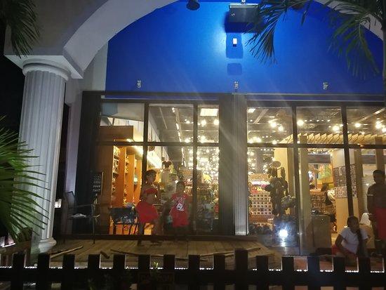 I Love Saipan: 門口有士著舞蹈表演, 吸引遊客註足.